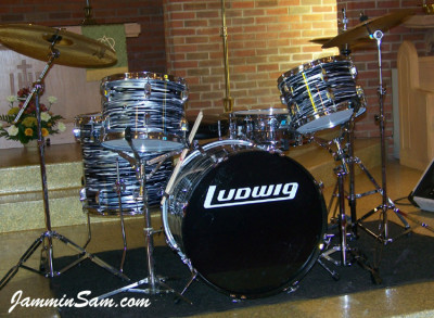 Photo of James Darnell's Rogers drums with Retro Black Oyster Pearl drum wrap (1)