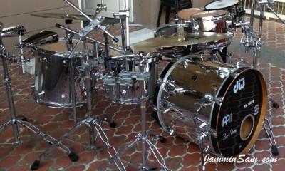 Photo of Bennii Obana's DW drums with JS Mirror Chrome drum wrap (44)