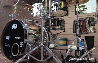 Photo of Bennii Obana's DW drums with JS Mirror Chrome drum wrap (48)