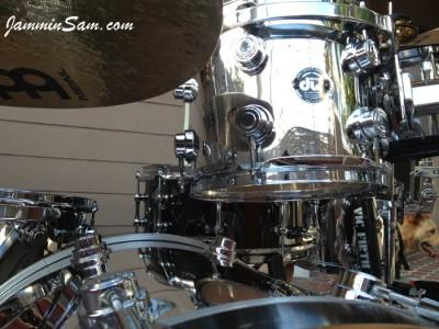 Photo of Bennii Obana's DW drums with JS Mirror Chrome drum wrap (70)