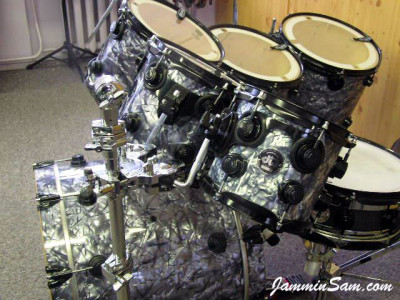 Photo of Elmet Neumann's DW drum set with Silver Smoke Pearl drum material (1)