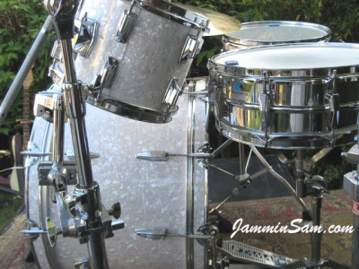 Photo of Howard Brodwin's Tama drums with Vintage White Pearl drum wrap (4)