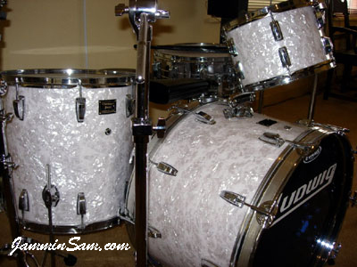 Photo of Jeffrey Scott's drums with Vintage White Pearl drum wrap (2)