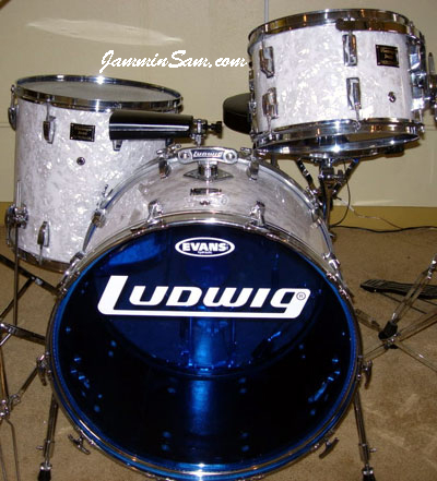 Photo of Jeffrey Scott's drums with Vintage White Pearl drum wrap (3)