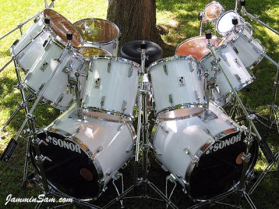 Photo of Gunnar Swensen's Sonor drum kit with JS Hi Gloss White drum wrap (5)